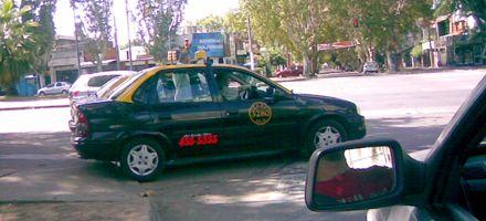 Una parada de taxis en la senda peatonal