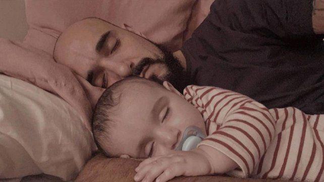 Postal íntima: el cantante con su pequeño hijo Agustín.