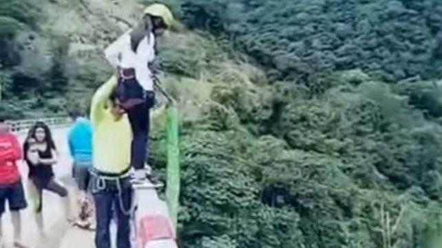 El escalofriante accidente de una mujer durante un salto de bungee jumping