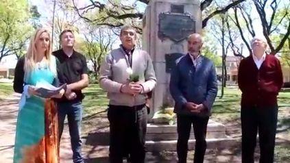 El intendente de Carcarañá, Miguel Vázquez (centro), y el excandidato a presidente del NOS, Juan José Gómez Centurión (a su derecha), durante el acto en homenaje a los soldados caídos en Malvinas.