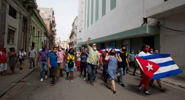 Simpatizantes del gobierno castrista caminan por calles del centro de La Habana.