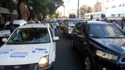 Municipales en vehículos particulares marcharon este viernes para pedir ser vacunados.