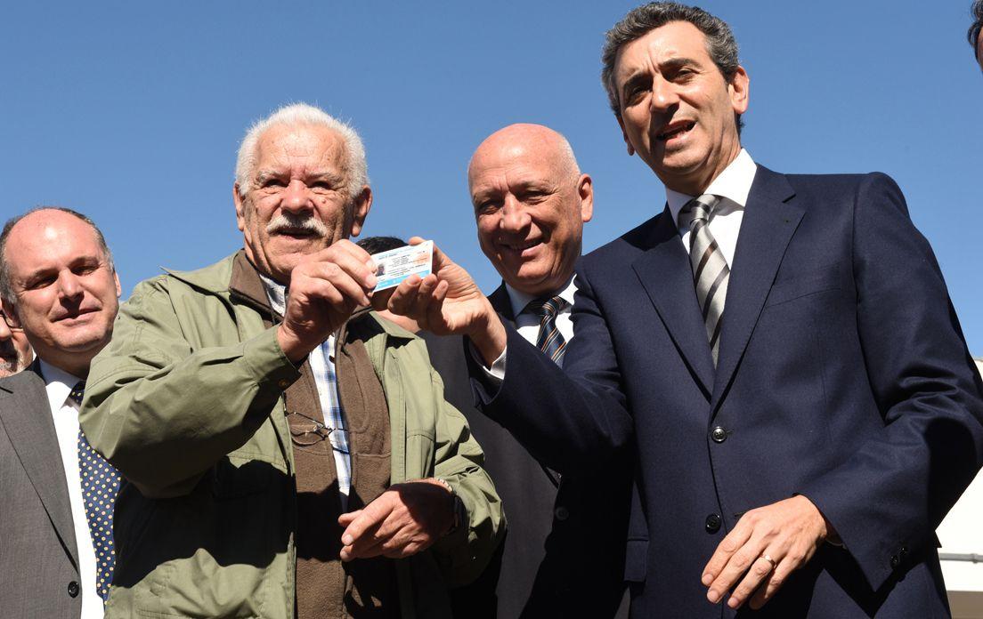 Primer carné. Randazzo junto con el gobernador y Fein entregaron la primera licencia nacional de conducir.