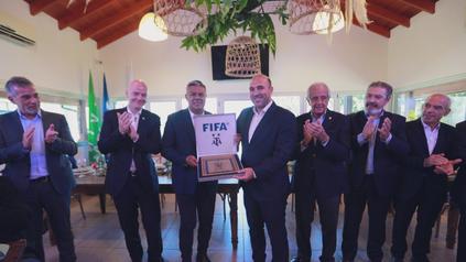 Gonzalo Belloso recibió el agradecimiento del presidente de AFA Claudio Tapia ante la presencia de Gianni Infantino, hombre fuerte de la FIFA.