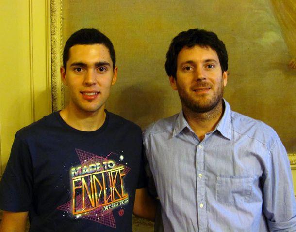 Ignacio y Nicolás Cafarengo hacen deck con maderas recicladas y ganaron uno de los premios.