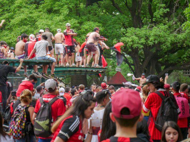 Los hinchas coparon el Parque Independencia en la previa del choque con Boca