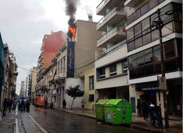 El incendio se desató en el último piso de una residencia estudiantil ubicada en Buenos Aires al 1100.