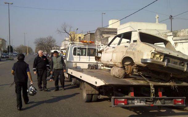 La dependencia municipal retiró vehículos abandonados en la vía pública.