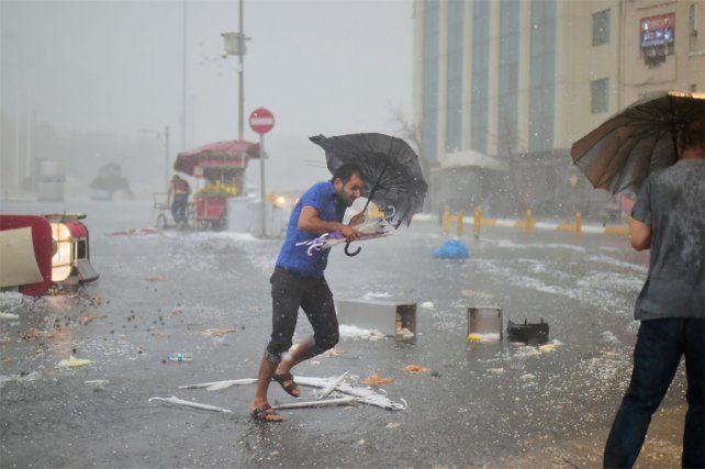 Pánico en las calles.Estambul quedó sumergida por la tormenta de granizo.