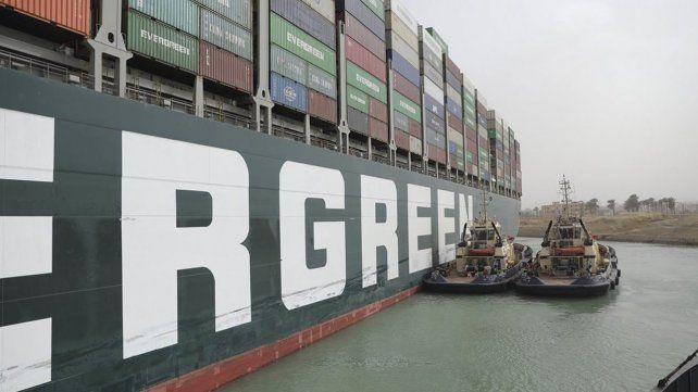 El barco Ever Given continua encallado y se pierden 9.500 millones de euros por día