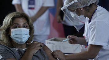La ministra de Salud Sonia Martorano recibió este lunes la primera dosis de la vacuna Sputnik V.