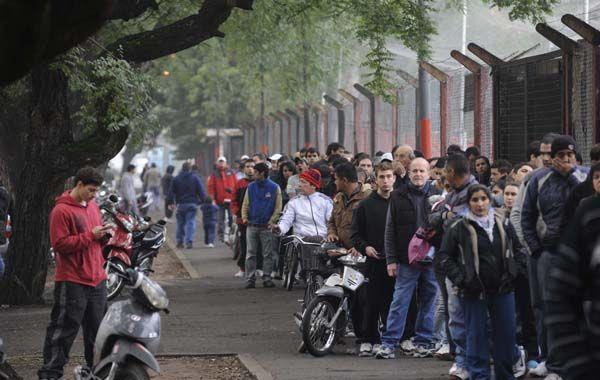 Los hinchas leprosos pugnan por las entradas para ver a su equipo que pelea el campeonato. (Foto: S. Salinas)