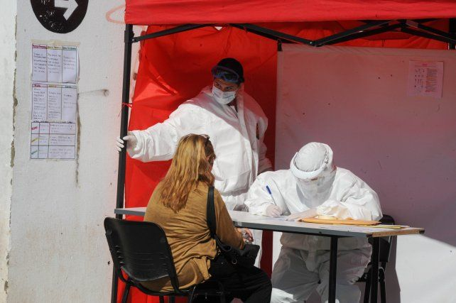 Detección. El incremento de casos está llevando a que cada vez sean más los santafesinos que consultan a la línea de atención. Detectar los nuevos infectados es clave.