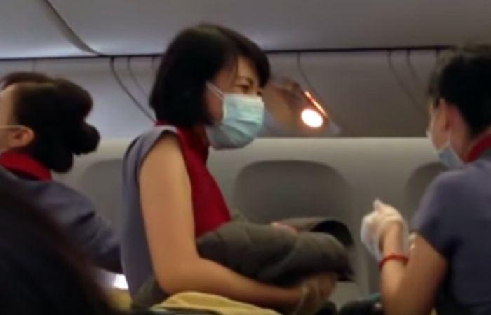 Milagro a nueve mil metros de altura: un bebé asiático nació en pleno vuelo