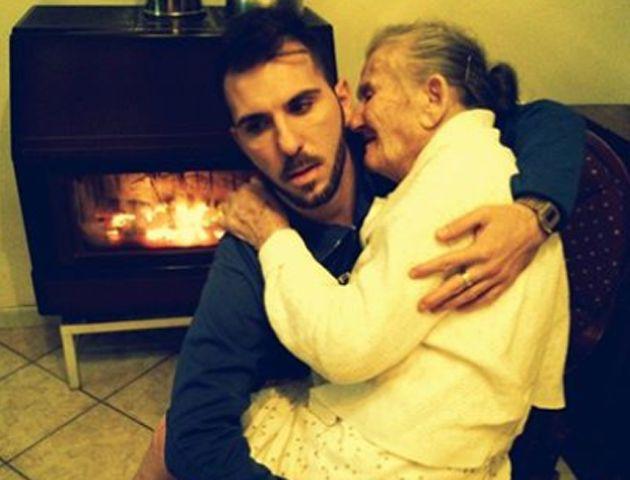 La foto de una abuela, su nieto y un conmovedor mensaje que emociona al mundo