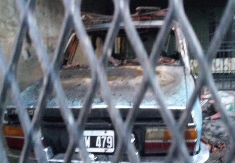 Quemacoches. Uno de los coches víctimas de incendios intencionales de ayer.