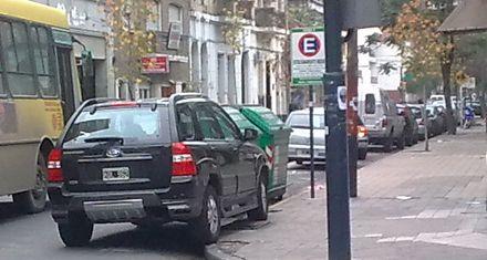 Así se estaciona en algunos lugares de Rosario