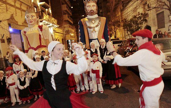 Centros culturales abren sus puertas para mostrar su gastronomía y bailes típicos.