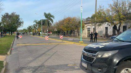 La escena. La soga a la izquierda y el motociclista que perdió la vida, a la derecha, con custodia policial.