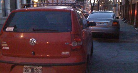 Cansada de los autos estacionados en la vereda