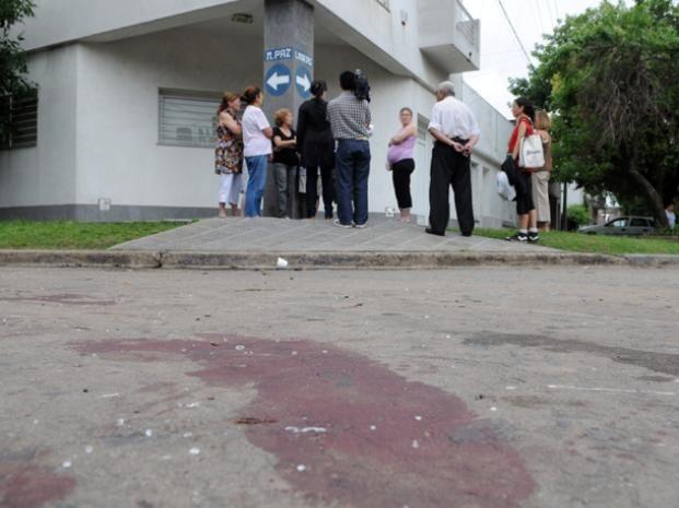 Las manchas de sangre yacen en el pavimento tras el linchamiento del joven en Azcuénaga.