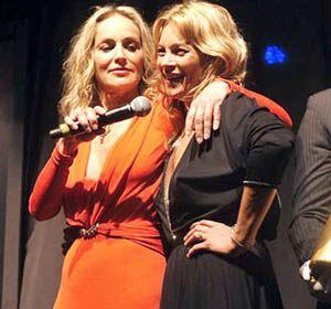 Moss y Stone subieron al escenario de la gala de los amFAR