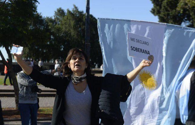 Una de las manifestantes frente al Monumento.