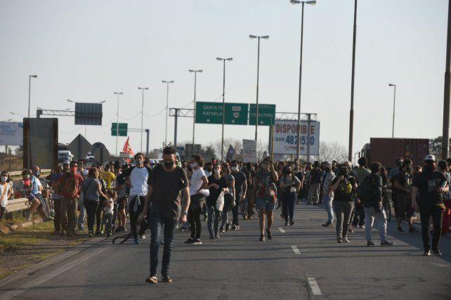 Los manifestantes cortaron las dos manos del puente Rosario - Victoria para decir basta a la quema en las islas.