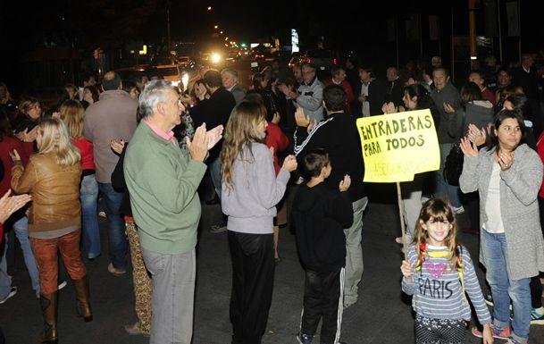 bronca. Los manifestantes cortaron ayer a las 18 la ruta 9 a la altura de calle Elorza para reclamar por más seguridad.