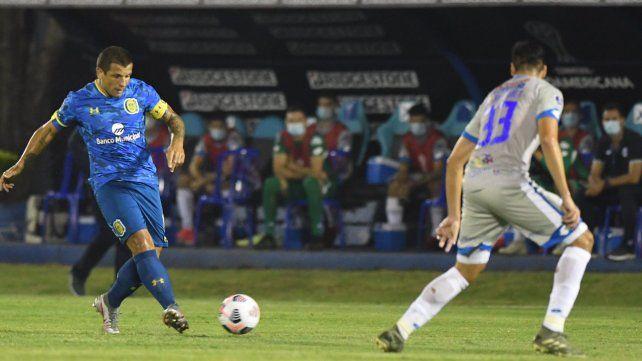 Emiliano Vecchio intenta un pase filtrado. Central cayó ante 12 de Octubre en Paraguay