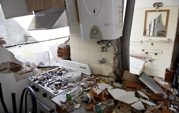 Huellas del impacto. Así quedó la cocina del departamento donde se produjo la explosión. El calefón permaneció intacto