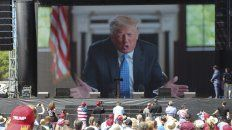 Trump arenda desde una pantalla a sus fanáticos reunidos en Wisconsin.