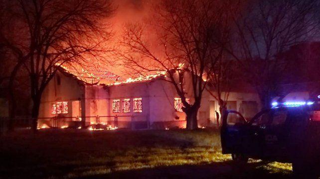 El incendio en el Hogar Escuela se desató este miércoles a la tarde.