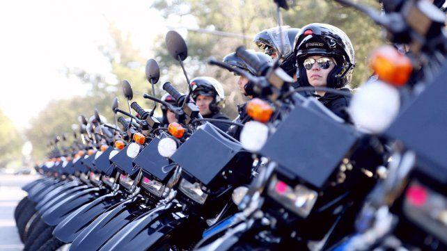 A pie. Las motos permiten un patrullaje más efectivo en áreas más densamente pobladas.