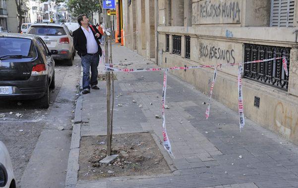 Italia 773. Los peatones tuvieron que esquivar parte de la vereda.