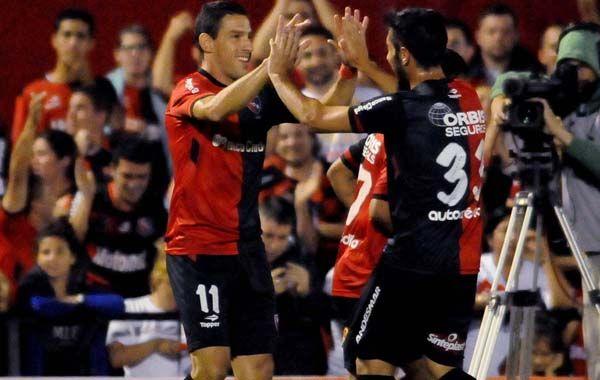 Maxi festeja con Hernán Villalba su gol