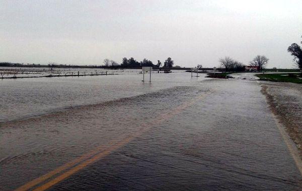 En algunas rutas el agua complicó el tránsito y se registraron numerosos desvíos.
