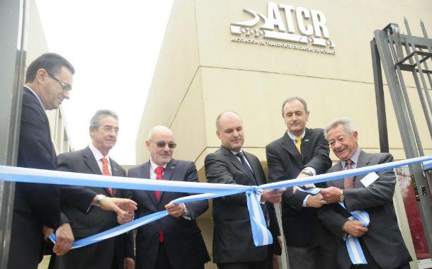 Nueva sede. Empresarios y autoridades en el acto de inauguración.