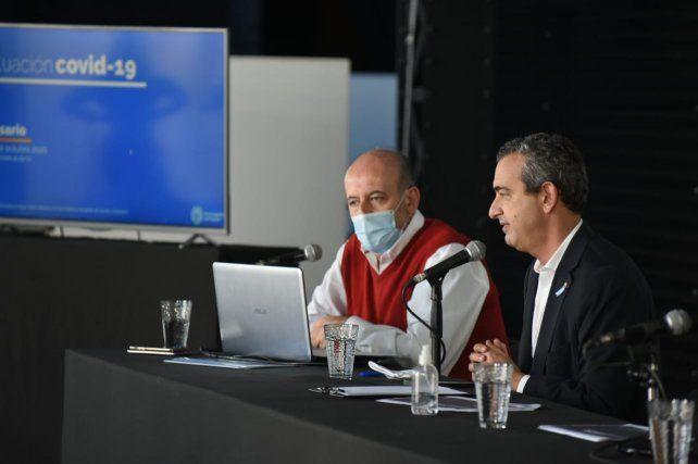 El intendente Javkin y el secretario de Salud este viernes en el Galpón 11.