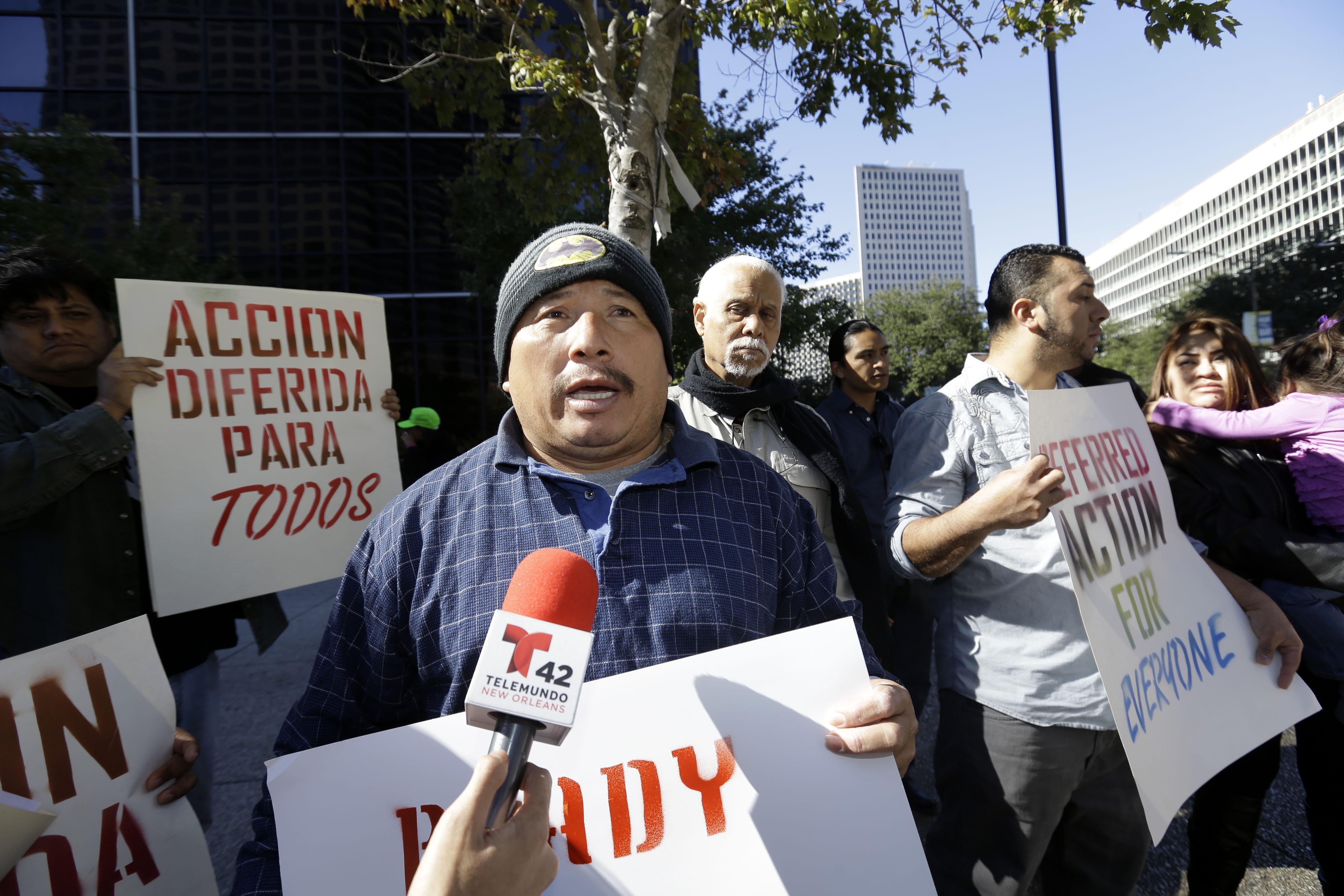 """""""Sin papeles"""". Un hondureño reclama la inmediata suspensión de las deportaciones en New Orleans."""