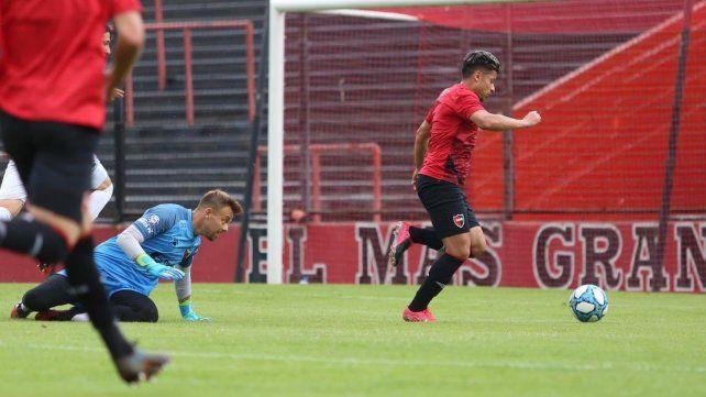 Sebastián Palacios deja atrás a Leonardo Burián y convertirá el primer gol rojinegro en el Coloso.