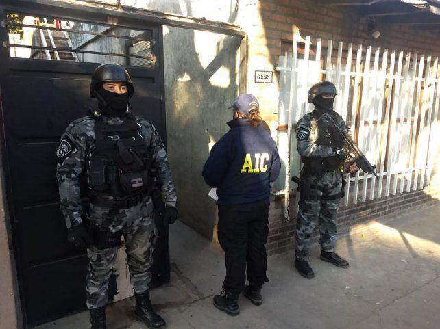 Los efectivos de la AIC demoraron a tres personas y secuestraron dinero, celulares y material informático.
