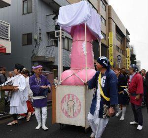 Los japoneses pasean un falo de madera por las calles de Kawasaki.