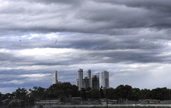 Cielo cubierto. La tormenta llegaría esta noche y el clima mejoraría recién mañana viernes. (Foto de archivo)
