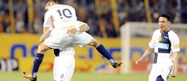 Abrazo. Becker se trepa a Méndez para festejar su gol. Domínguez se arrima a pura sonrisa. (Foto: Gustavo de los Ríos)