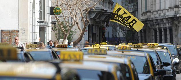 Los taxistas esperan el aumento de la tarifa.