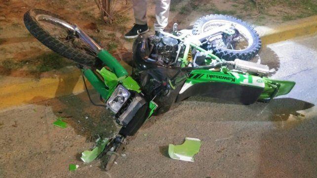 Murieron dos jóvenes al despistar con la moto en la rotonda ubicada bajo del puente Rosario-Victoria