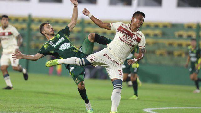Nahuel Gallardo disputa el balón con Diego Chávez.