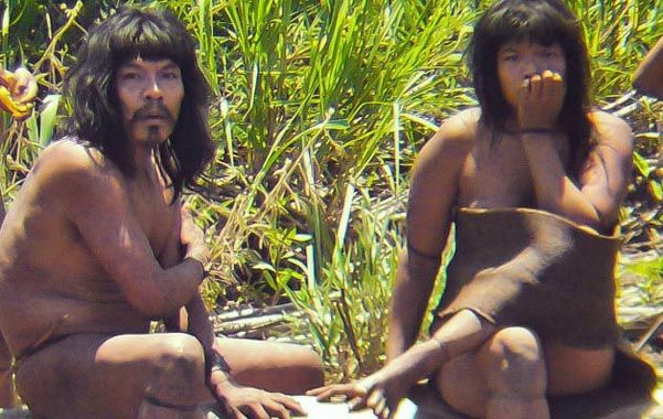 Una pareja de indios mashco-piro a la orilla del río Las Piedras. Su acercamiento a otras personas se considera sumamente inusual.