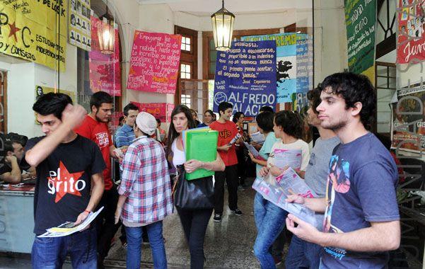 En Humanidades. Una de las facultades rosarinas donde los clásicos carteles inundan los pasillos. (foto: Alfredo Celoria)